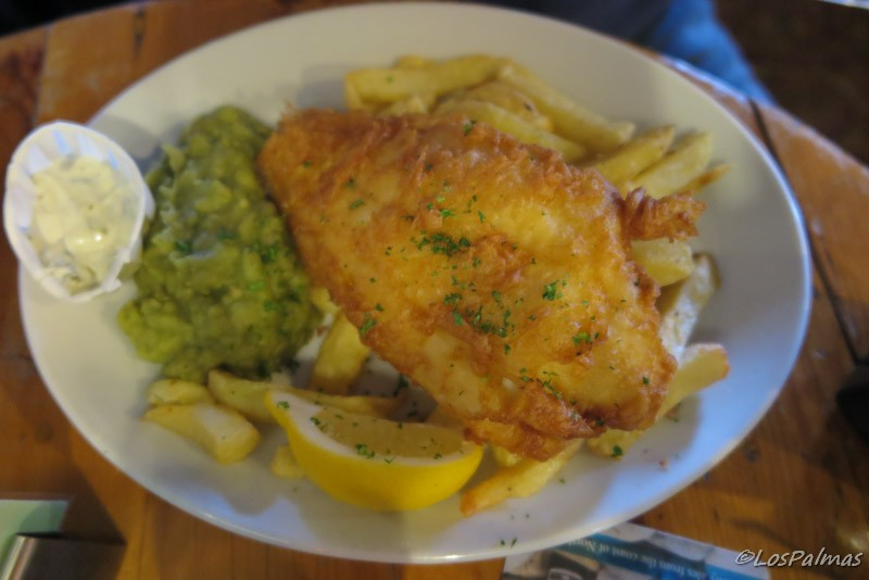 Fish and chips en el pub Ship Inn gales Wales Galles